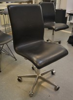 Kontorstol / konferansestol på hjul i sort skinn fra Fritz Hansen, Arne Jacobsen Oxford low back, pent brukt