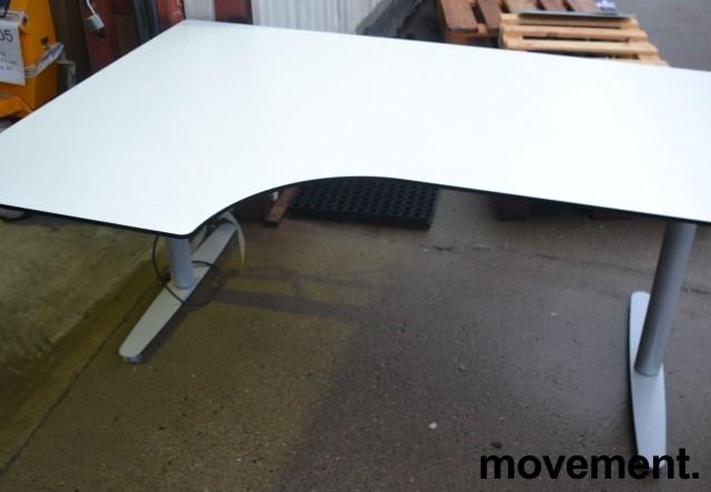 Skrivebord med elektrisk hevsenk i hvitt fra Edsbyn, 160x110cm, ventresløsning, pent brukt bilde 1