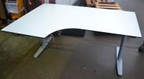 Skrivebord med elektrisk hevsenk i hvitt fra Edsbyn, 160x110cm, ventresløsning, pent brukt