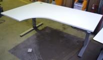 Skrivebord med elektrisk hevsenk i hvitt fra EFG, 180x120cm, ventresløsning, pent brukt
