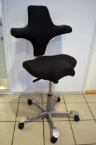 Ergonomisk kontorstol fra Håg: Capisco 8106, koksgrått stoff / grått fotkryss, 69cm maxhøyde, pent brukt