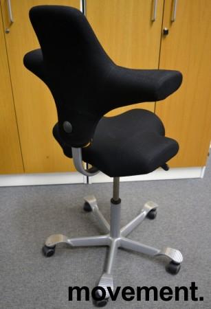 Ergonomisk kontorstol fra Håg: Capisco 8106, sort stoff / grått fotkryss, 69cm maxhøyde, pent brukt bilde 2