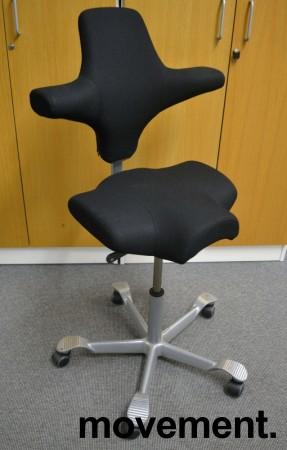Ergonomisk kontorstol fra Håg: Capisco 8106, sort stoff / grått fotkryss, 69cm maxhøyde, pent brukt bilde 1