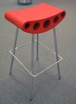 Barkrakk i rødt / krom fra Amat-3, modell Freddy, sittehøyde 75cm, pent brukt