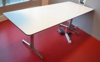 NEXT kompakt møtebord / kantinebord / skrivebord i hvitt med grå kant fra ForaForm, 200x80cm, pent brukt