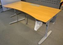 Skrivebord i eik fra Edsbyn, 160x80cm med mavebue, pent brukt