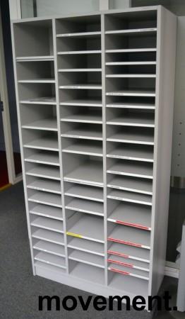 Posthylle / sorteringshylle i lys grå, 91,5cm bredde, 180cm høyde, ca 40 rom, pent brukt bilde 2