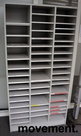Posthylle / sorteringshylle i lys grå, 91,5cm bredde, 180cm høyde, ca 40 rom, pent brukt bilde 1
