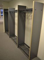 Garderobestativ / garderobeskap i grått/bjerk laminat fra Monena, 323cm bredde, bestående av 3 fag, pent brukt