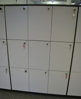 Lukeskap / personlig skap med 9 låsbare dører i mørk grå med lys grå dør fra Duba B8, høyde 173cm, bredde 110cm, pent brukt