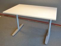 Skrivebord i hvitt / grålakkert metall fra Edsbyn, 120x80cm, ny plate og pent brukt understell