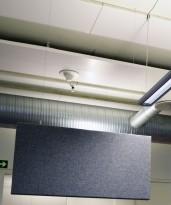 Lyddempende, akustiske veggplater i grått, 120cm bredde, 60cm høyde, for festing i tak/himling, pent brukt