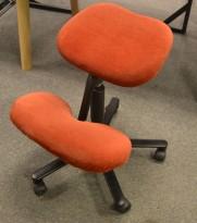 Ergonomisk kontorstol: Håg Balans Vital knestol i rødbrunt velourstoff, pent brukt