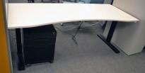 Skrivebord med elektrisk hevsenk i hvitt / sort understell fra Kinnarps, P-serie, 200x80cm, pent brukt