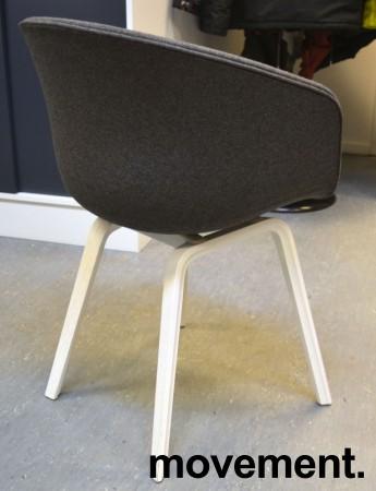 HAY About a chair AAC 23 i NYTRUKKET i gråmelert ullstoff. ben i hvitlakkert eik, pent brukt bilde 2
