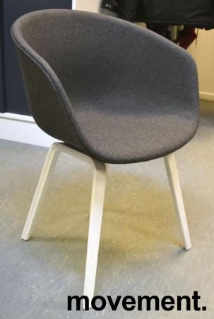 HAY About a chair AAC 23 i NYTRUKKET i gråmelert ullstoff. ben i hvitlakkert eik, pent brukt bilde 1