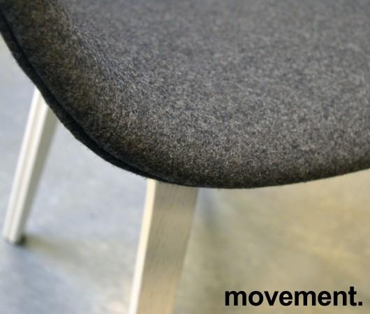 HAY About a chair AAC 23 i NYTRUKKET i gråmelert ullstoff. ben i hvitlakkert eik, pent brukt bilde 3