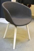 HAY About a chair AAC 23 i NYTRUKKET i gråmelert ullstoff. ben i hvitlakkert eik, pent brukt