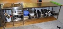 Arbeidsbenk med hylle i rustfritt stål 280cm b, 60cm d, 90cm h, brønn til utstyr, pent brukt