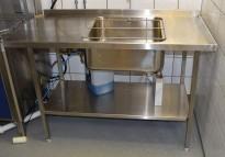 Sidebord til hetteoppvaskmaskin i rustfritt stål med utslagskum, 140cm bredde, pent brukt