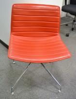 Arper Catifa 56, svingbar lounge-stol i rødt skinn / krom, pent brukt