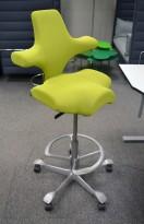Ergonomisk kontorstol fra Håg: Capisco 8106, limegrønt stoff, grått kryss, høy, 85cm maxhøyde, pent brukt
