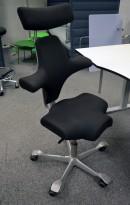 Ergonomisk kontorstol: Håg Capisco 8107 i sort stoff, grått kryss, 57cm sittehøyde, nakkepute, pent brukt