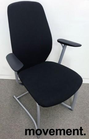 Møteromsstol / besøksstol fra Kinnarps, mod Plus 377 i sort stoff / sort armlene, grå ramme, pent brukt bilde 1