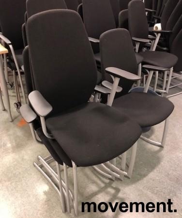 Møteromsstol / besøksstol fra Kinnarps, mod Plus 377 i sort stoff / sort armlene, grå ramme, pent brukt bilde 2