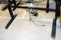 Understell for skrivebord i sort med elektrisk hevsenk fra LINAK, Passer til bordplate 160-180cm bredde, pent brukt