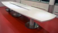 Møtebord i hvitt fra ForaForm, 496x140cm, passer 16-18 personer, kabelluker, pent brukt