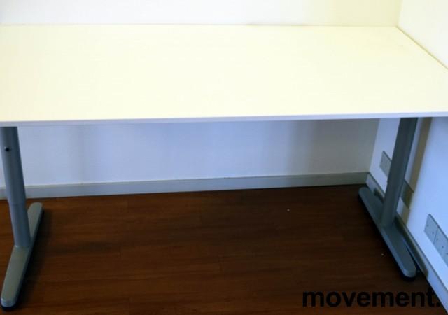 IKEA Galant skrivebord i hvitt, 160x80cm, T-ben i grått, pent brukt bilde 1