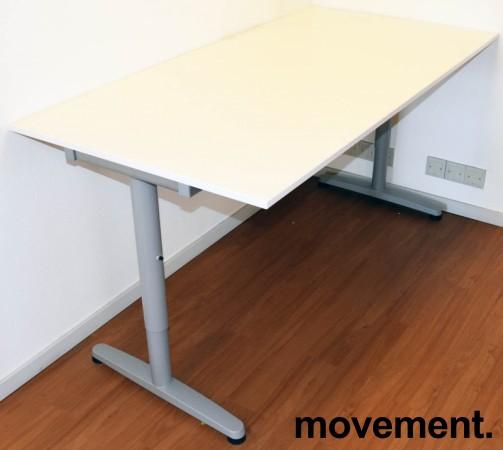 IKEA Galant skrivebord i hvitt, 160x80cm, T-ben i grått, pent brukt bilde 2