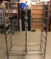 Hylle for oppvaskbakker i rustfritt stål, for 14 stk brett, 104cm bredde, pent brukt