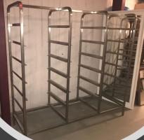 Hylle for oppvaskbakker i rustfritt stål, for 21 stk brett, 163cm bredde, pent brukt