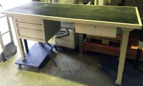 Arbeidsbord / verkstedbord i grålakkert metall, 200,5cm bredde, 80,5cm dybde, pent brukt