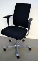 HÅG H05 5600 i sort stoff, armlene, swingback, fotkryss i grått, pent brukt
