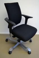 HÅG H05 5400 kontorstol i sort stoff, swingback-armlener i sort, fotkryss i grått, pent brukt
