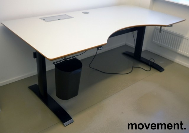 Stort skrivebord med elektrisk hevsenk i lys grå / sort fra Linak, 200x100cm med magebue, pent brukt bilde 4