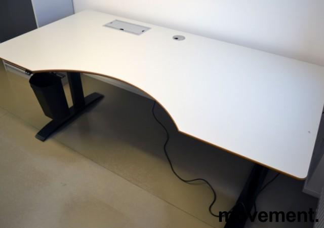 Stort skrivebord med elektrisk hevsenk i lys grå / sort fra Linak, 200x100cm med magebue, pent brukt bilde 2
