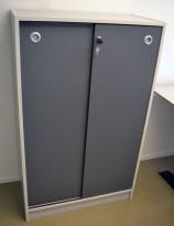 Skap med skyvedører i lys grå / mørk grå fra Aarsland, 3 permhøyder, høyde 130cm, pent brukt