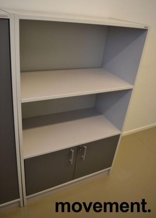 Skap / reol med dører nederst i lys grå / mørk grå fra Aarsland, 3 permhøyder, høyde 130cm, pent brukt bilde 2
