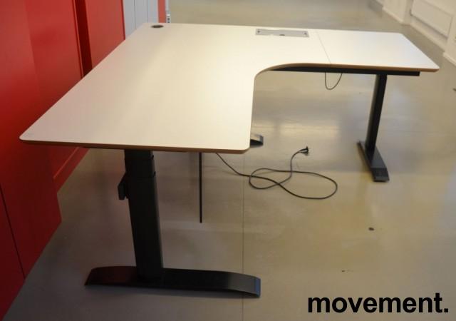 Hjørneløsning / skrivebord med elektrisk hevsenk i lys grå fra Linak. 180x180cm, pent brukt bilde 3