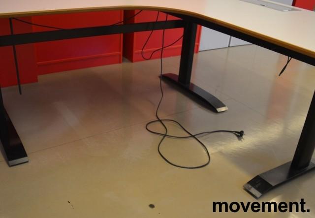 Hjørneløsning / skrivebord med elektrisk hevsenk i lys grå fra Linak. 180x180cm, pent brukt bilde 4