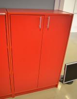 Skap med dører i rødt fra Aarsland, 3 permhøyder, høyde 130cm, pent brukt