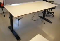 Stort skrivebord med elektrisk hevsenk i lys grå / sort fra Linak, 180x80cm, pent brukt
