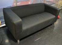 IKEA Klippan 2-seter sofa i sort stoff, 180cm bredde, pent brukt