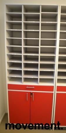 Posthylle i hvitt med dører i rødt fra Aarsland, 30rom, 80cm bredde, 210cm høyde, pent brukt bilde 1