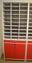Posthylle i hvitt med dører i rødt fra Aarsland, 30rom, 80cm bredde, 210cm høyde, pent brukt