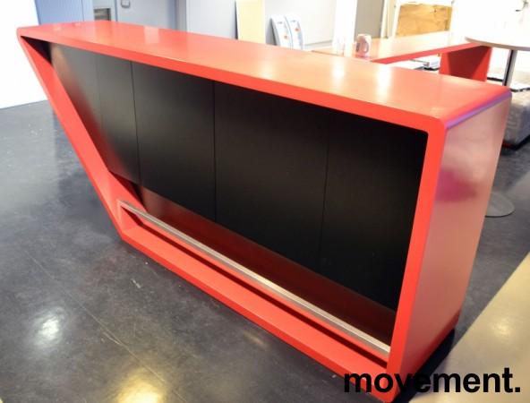 Dekorativ kjøkkenøy / buffet / barbord i rød Corian / sorte skap, bredde 280cm, dybde 60cm, høyde 110cm, pent brukt bilde 2